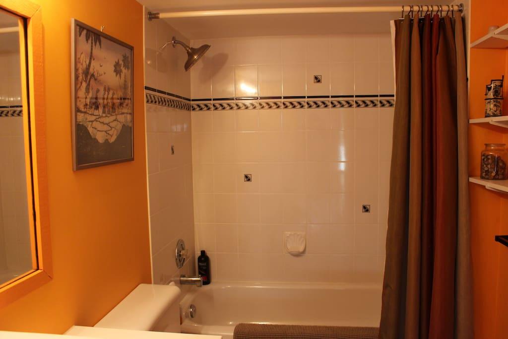 Nectarine Room   Ensuite bathroom