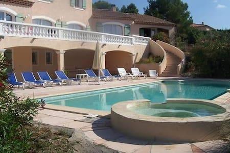 Villa dans les oliviers et piscine. - Lambesc
