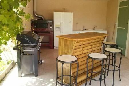 Saint cannat villa rentals airbnb for Astral piscine st cannat