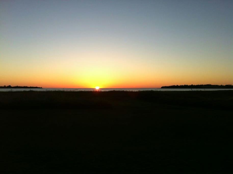Solnedgang set fra sommerhuset ved midsommer