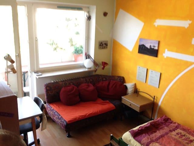 Ruhiges Zimmer 25 min zum HBF - Germering - Lägenhet
