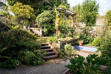 Private 2 Bedroom Suite, near UW, Garden View - Seattle