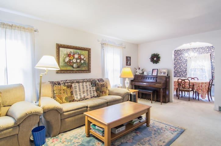 upper room in a beautiful house - Cuyahoga Falls - Haus