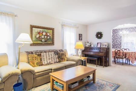 upper room in a beautiful house with a private bat - Cuyahoga Falls - Rumah