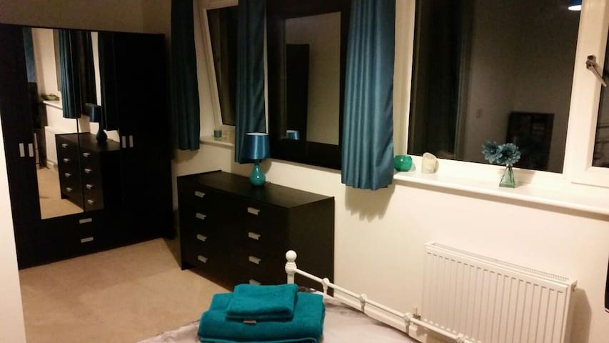 Beautiful double bedroom & bathroom - Dartford - Huis