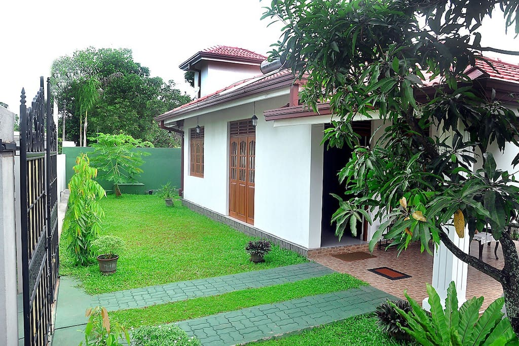 Green gardens negombo sri lanka villas for rent in for Garden designs sri lanka