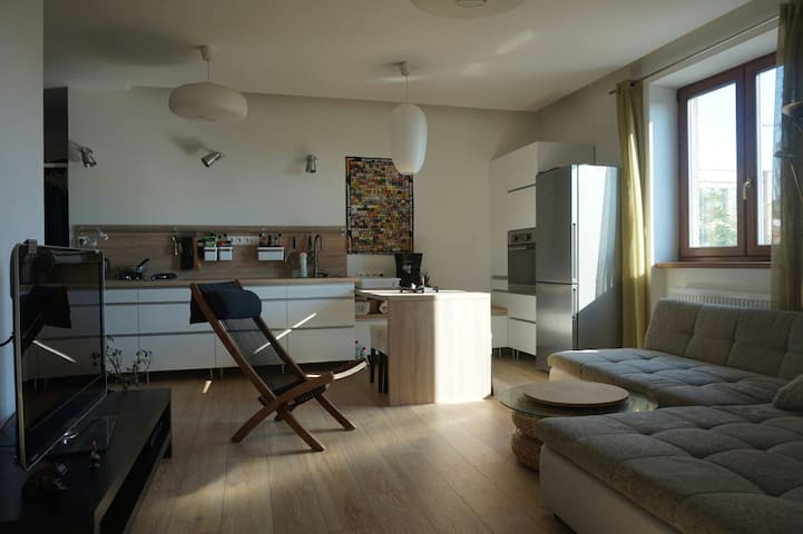 Room in modern apartment w/ balcony - Bratislava - Apartment