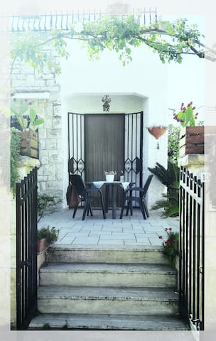 Ampia veranda, sole la mattina e ombra il pomeriggio