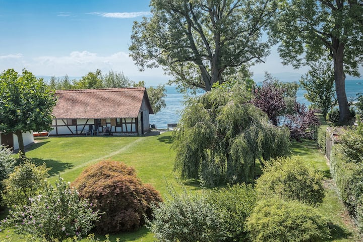 "Comfortable Apartment ""OG2"" in ""Gästehaus Heinemann"" directly on Lake Constance with lake view, mountain view, WiFi, balcony, garden and private beach; parking available"