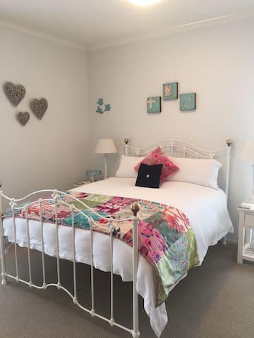 Comtenporary Village Luxury - Lincoln - Bed & Breakfast