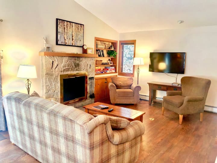 FC44: Renovated Forest Cottage Townhome with great Mount Washington views, new kitchen, cable, shuttle, wifi! Walk to ski trails, swimming! PROFESSIONALLY CLEANED!