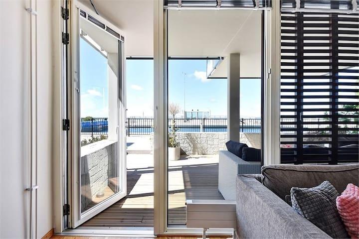 Naturnära lägenhet med havsutsikt och pool