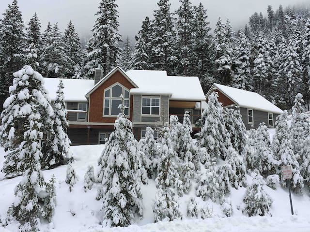 Modern Lodge minutes from Mission Ridge Ski Resort