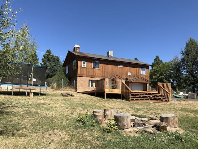 Close to lake, dining, shops, great cabin in town