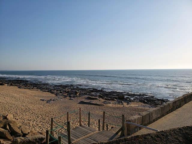 Cama em casa com piscina em frente ao mar