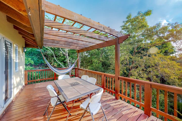 Bottom floor apartment surrounded by nature w/ shared pool - walk to the beach!