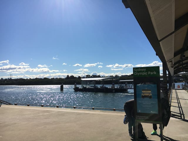 Sydney Olympic Park Ferry Whalf, just 2 minutes' walk away, you can enjoy a lovely ferry trip to Darling Harbour, Circular Quay, Sydney Opera House along Parramatta River.