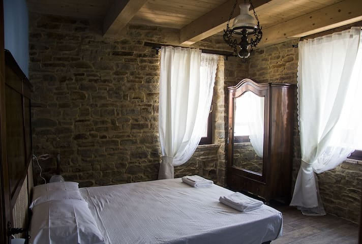 Camera Azzurra c/o bnb Le Viole - Mergo - Bed & Breakfast
