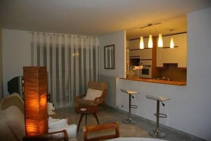 Espace salle à manger avec vue sur cuisine