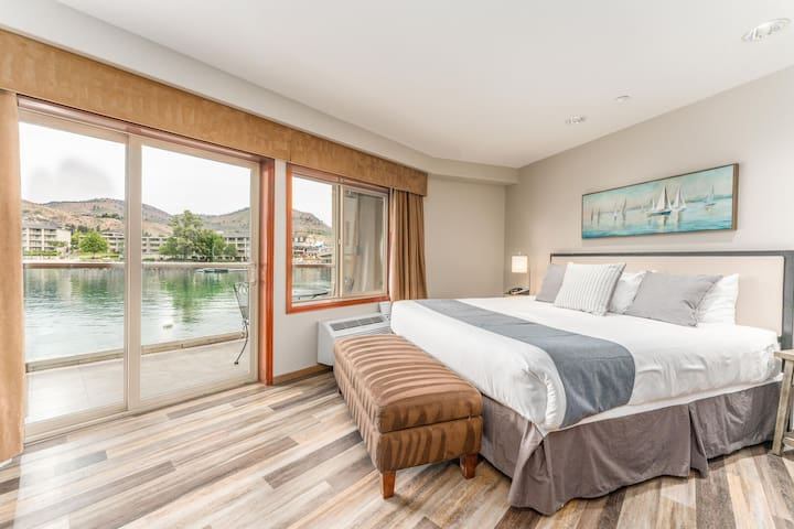 Grandview River View 713! Waterfront King View Suite with River View!