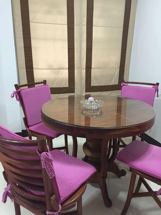 Living room and dining table / โต๊ะนั่งเล่น และ รับประทานอาหารแบบอบอุ่นค่ะ