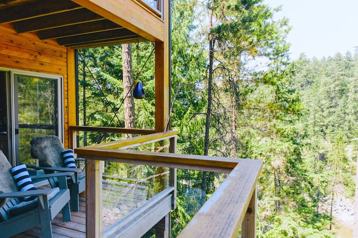 SecretCoveTreehouse Suite on cliff with hot tub