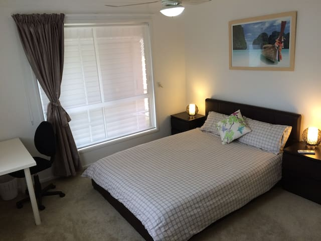 Queen size bed, Pvt bathroom & wifi - Bundamba