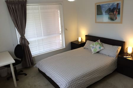 Queen size bed, Pvt bathroom & wifi - Bundamba - Aamiaismajoitus