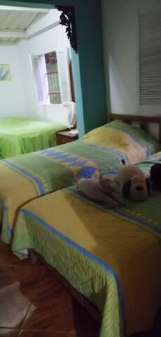 Habitacion contigua comunicada, 2 camas sencillas