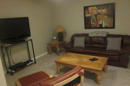Newly furnished cozy basement suite - De Winton - Dům