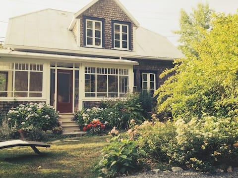 """Cottage """"Nouvelle Angleterre"""" au village de Bic"""