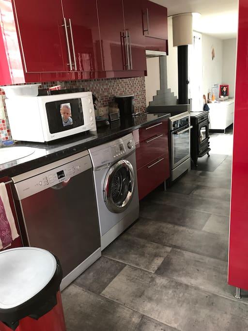 Cuisine équipée - lave linge, lave vaisselle , plaque induction - four / micro onde - réfrigérateur