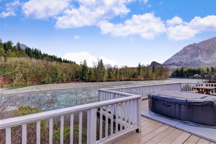 Cabin with beautiful river views, access to private hot tub!