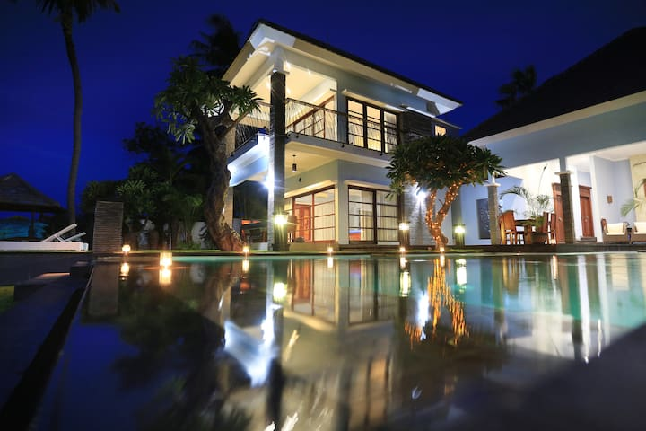 Luxury 7 bedroom beach front villa - Kubutambahan - Villa