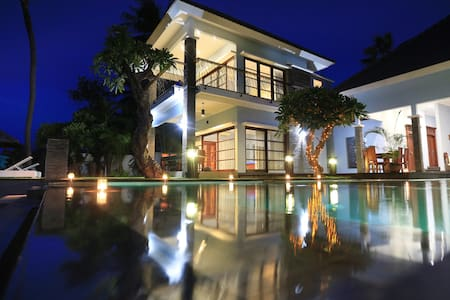 Luxury 7 bedroom beach front villa - Kubutambahan - Vila