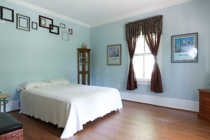 PVT bedroom in a 1906 country home! - Burke - Dom