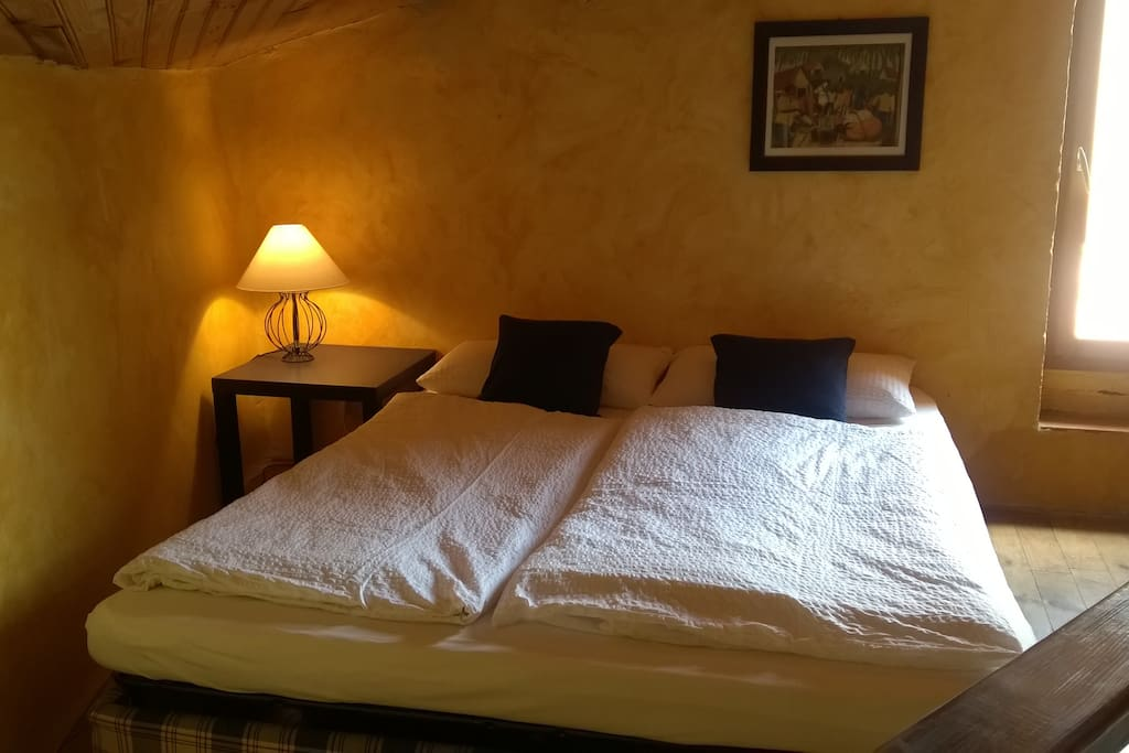 Schlafzimmer auf der offenen Mezzanine 2 mit Doppelschlafsofa. Zugang zur Dachterrasse