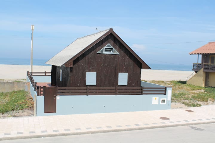 Beach House in front of the sea - Cortegaça