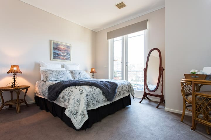 Comfort & Location!! - Princes Hill - Ev