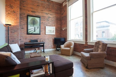 Downtown Loft-the best location! - Victoria