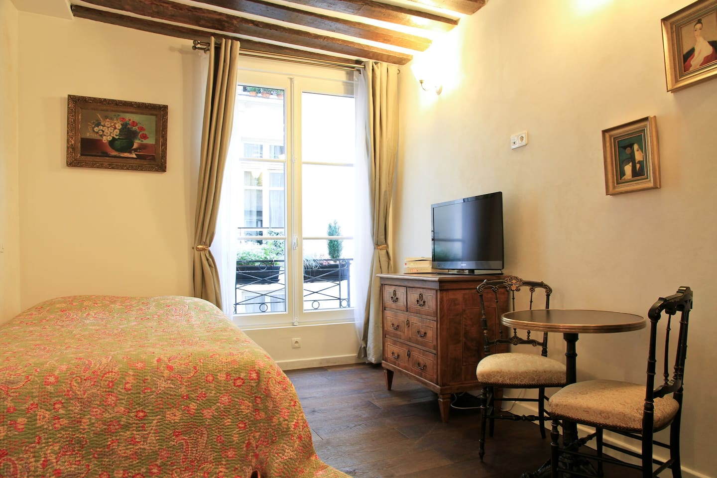 The main room is decorated and furnished with French antiques. You can enjoy the ambience on the street when the window is open and will still not hear a sound when it is closed.