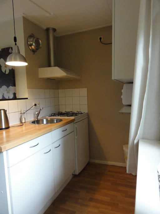 keuken met magnetron, mini oven, waterkoker,koffie-zetapparaat, gasfornuis, koelkast en div keukengerei