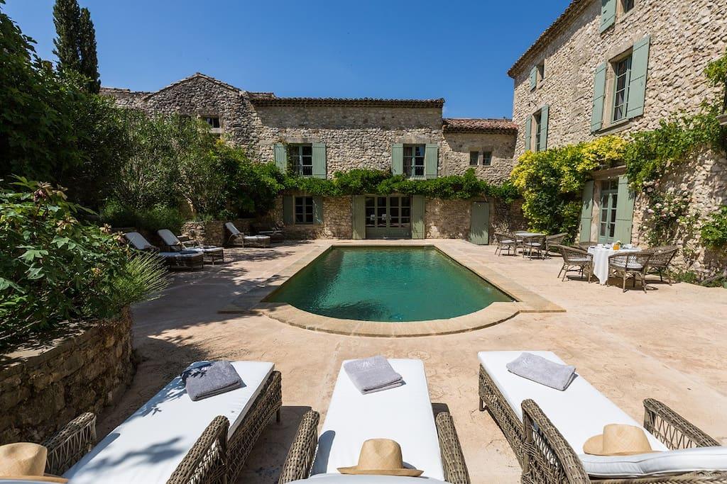 La piscine et la terrasse