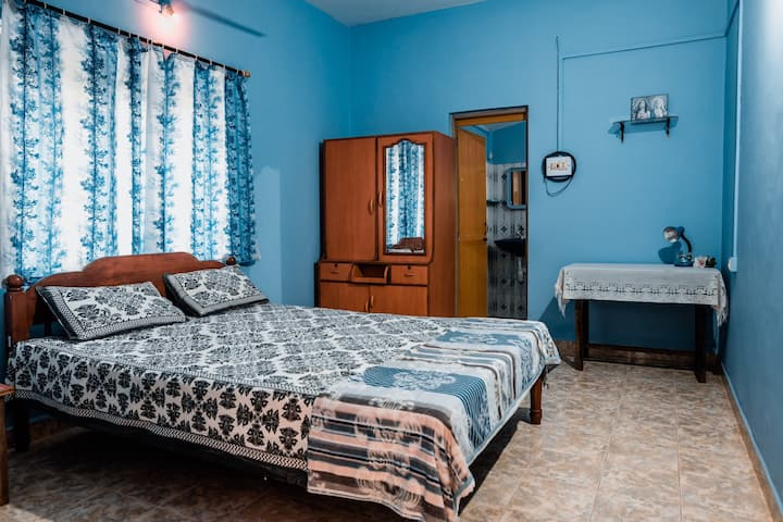 Pleasant Villa (Blue Hawaii Room) Candolim Beach.