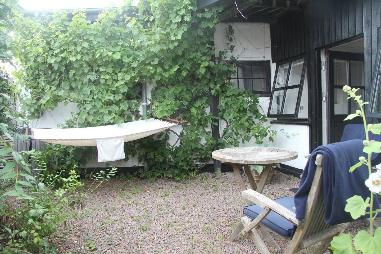 Refleksions mulighed i hængekøjen i den lille gårdhave.