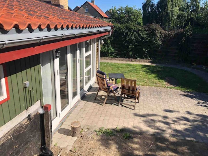 Cheap small room  close to  airport with breakfast
