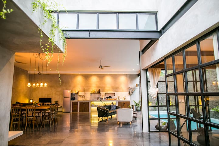 Luxury canggu beach villa walk to surf and cafes villa 39 s te huur in canggu bali indonesi - Blootgestelde balken ...
