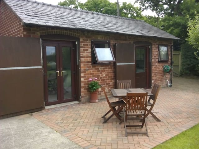 Converted Stables Studio Apartment - Saughall - Alpstuga