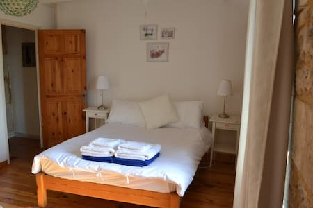 Les Chauvins B&B (room in house) - Salles-Lavalette - Bed & Breakfast