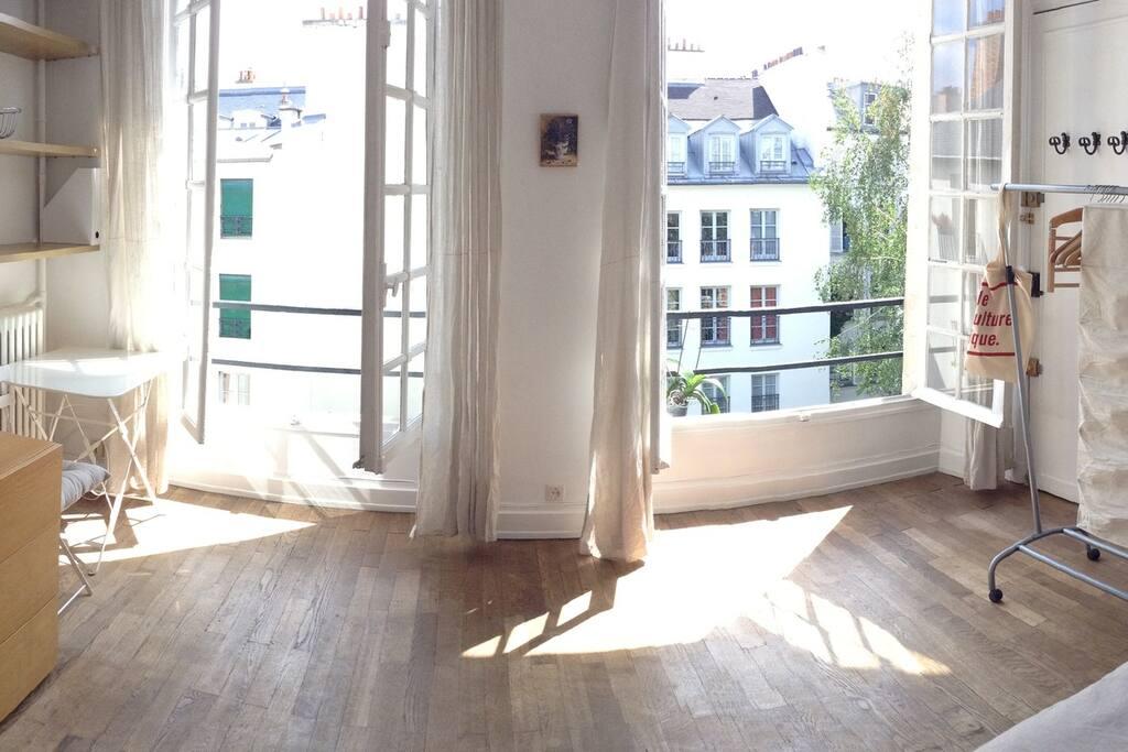 charming studio in marais wohnungen zur miete in paris. Black Bedroom Furniture Sets. Home Design Ideas